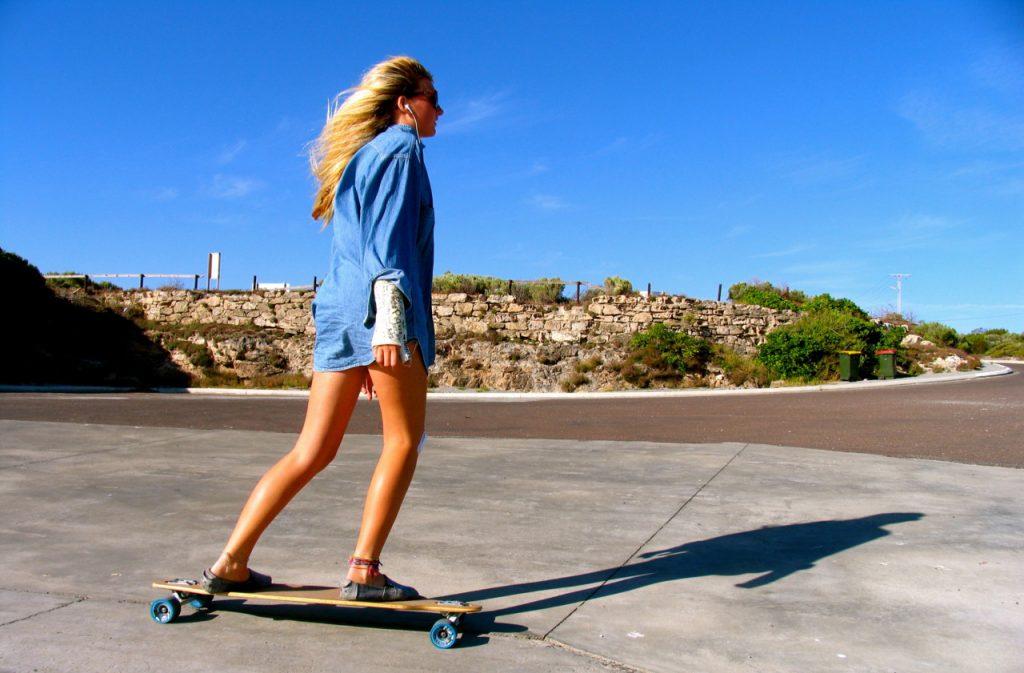 chica con longboard