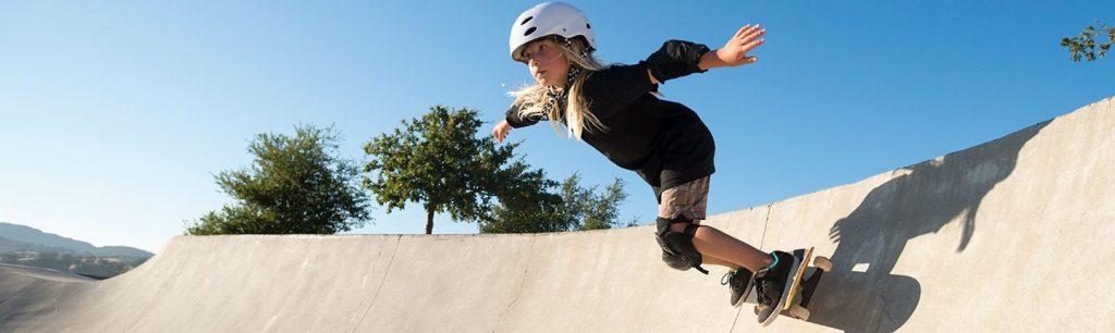 Niña haciendo skateboarding