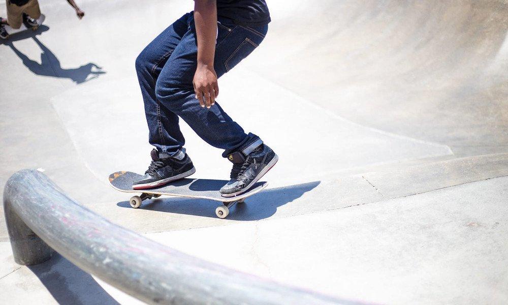 skater con zapatillas patinando
