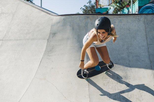 mujer con casco de skate
