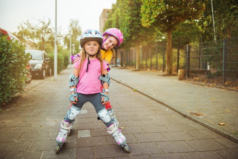 dos niñas patinando con patines en linea