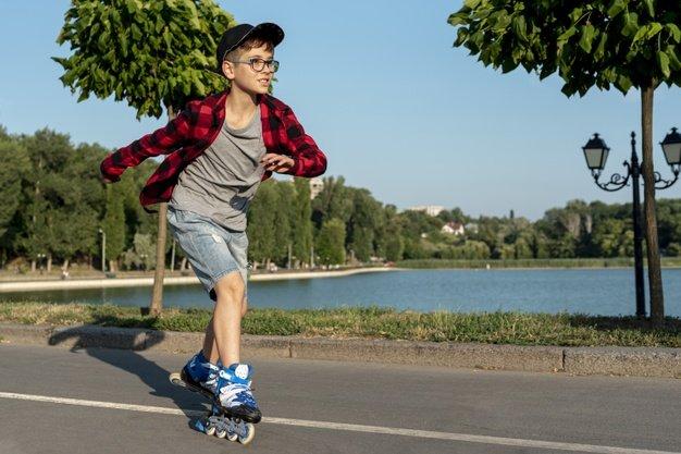 niño con patines en linea