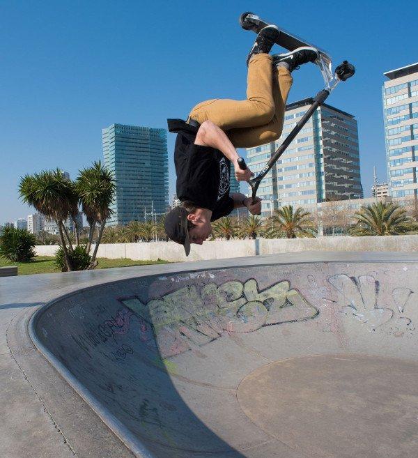 patinete freestyle vuelta en parque
